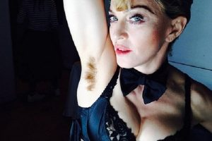 [Bất ngờ] Khoảnh khắc mỹ nhân Hollywoood sơ suất để lộ lông nách trước mặt công chúng