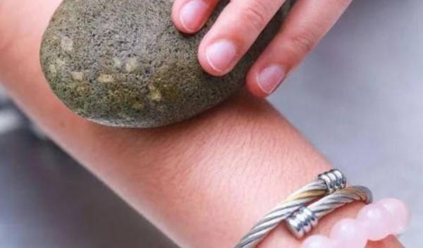 triệt lông tay bằng đá cuội