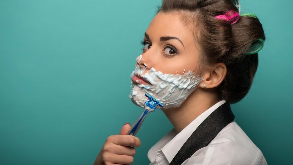 Áp dụng các cách triệt lông mặt bằng dao cạo, nguy cơ viêm da tiềm tàng bạn có biết?